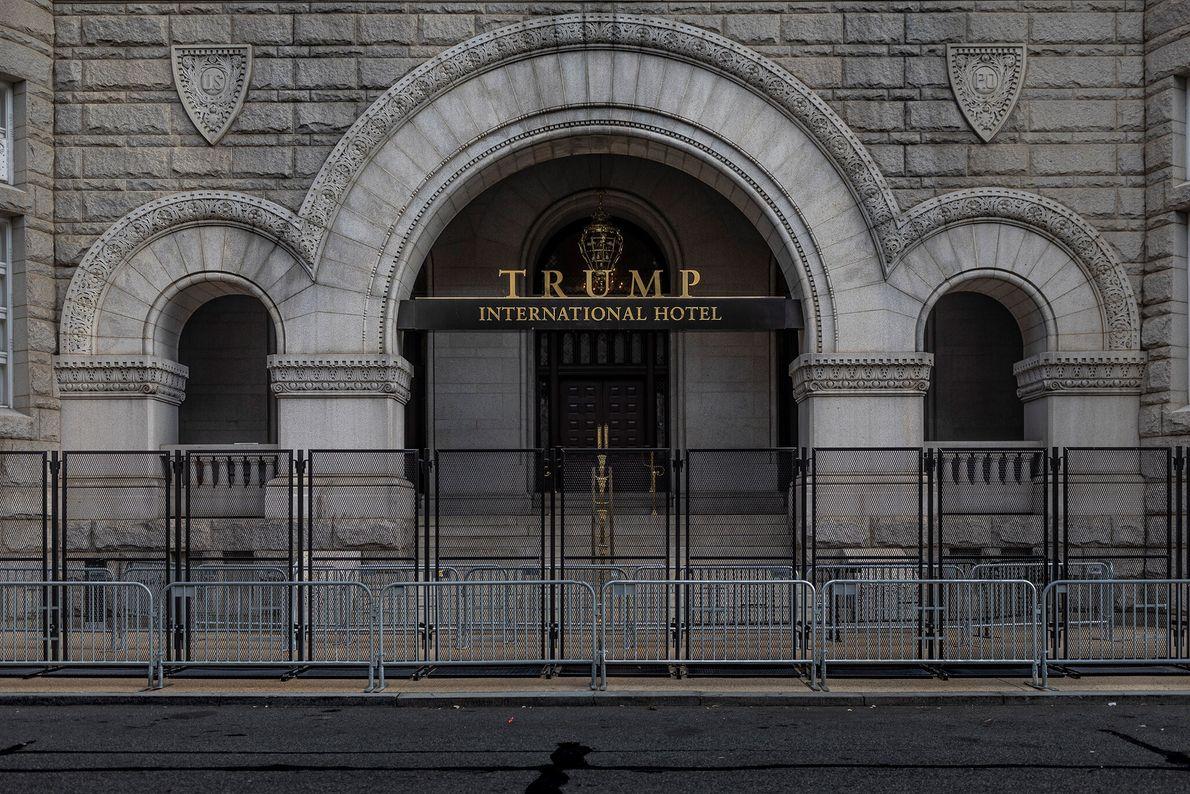15 de janeiro: Uma barricada dupla cerca a entrada do Trump International Hotel de Washington, D.C. ...