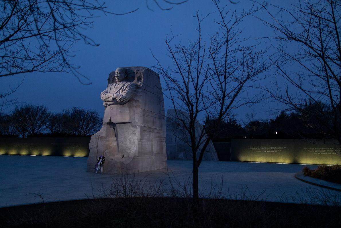 15 de janeiro: Uma coroa de flores solitária enfeita a base do Memorial de Martin Luther ...