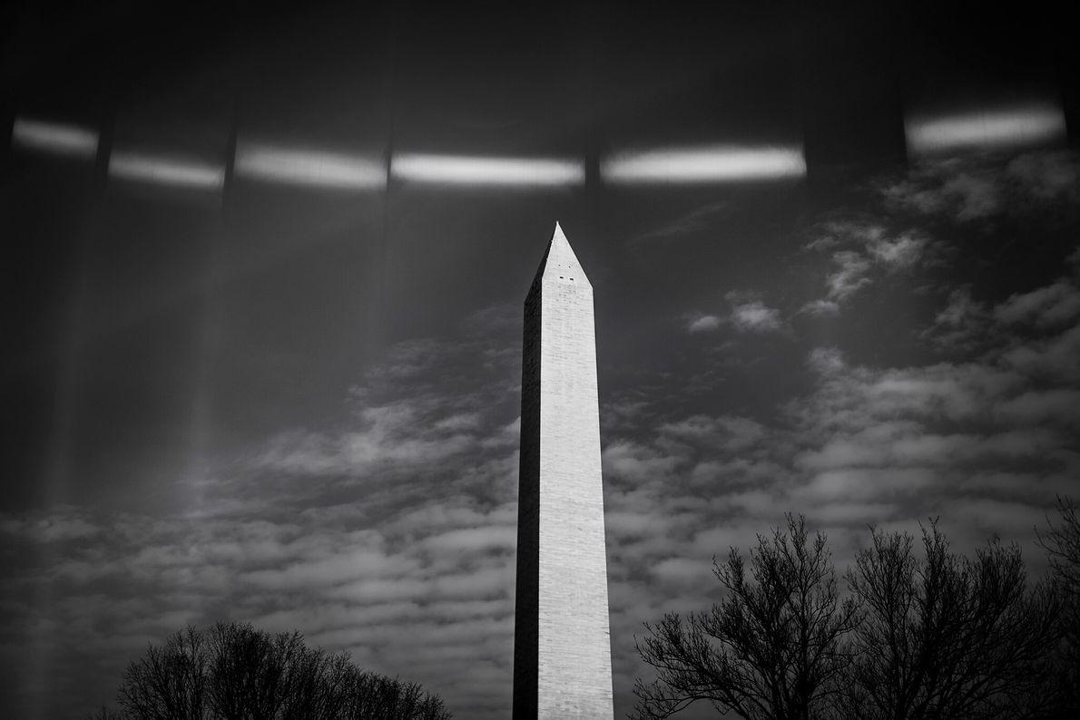 16 de janeiro: Luzes refletidas de cercas montadas ao redor do Monumento de Washington, que está ...