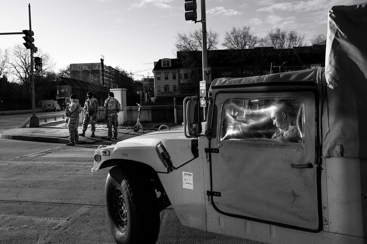 16 de janeiro: Postos de controle de veículos da Guarda Nacional, como este na 7th Street ...