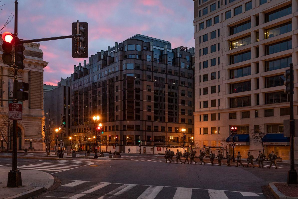 17 de janeiro: Tropas da Guarda Nacional passam pelo centro de Washington D.C., no cruzamento da ...