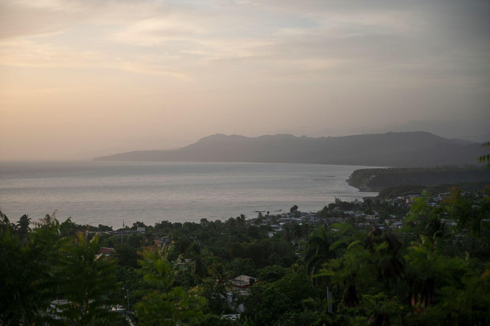 Sol nasce ao longo da costa norte da península meridional do Haiti, conhecida por sua beleza ...