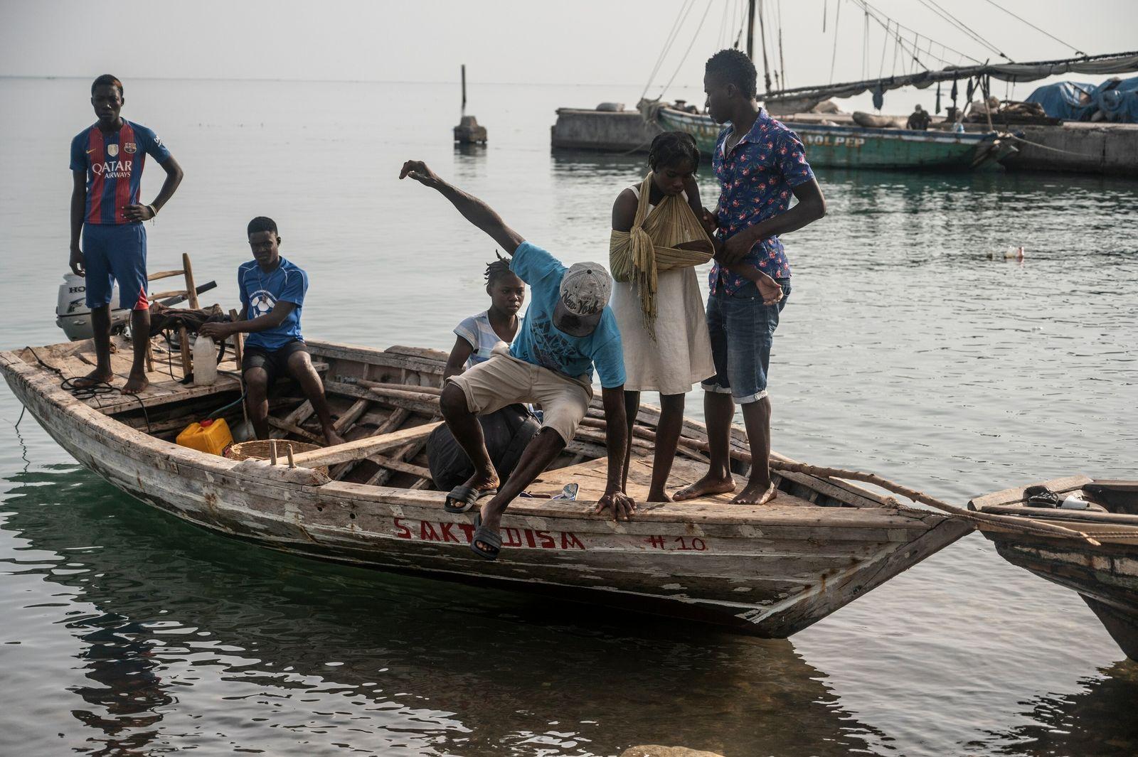 Pequenos barcos transportando feridos começam a chegar na primeira calmaria no tempo após a passagem da ...