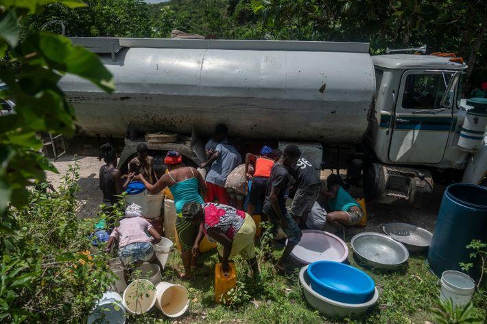 Caminhão-pipa na estrada principal entre Jeremias e Corail abastece de água os moradores desesperados por se ...