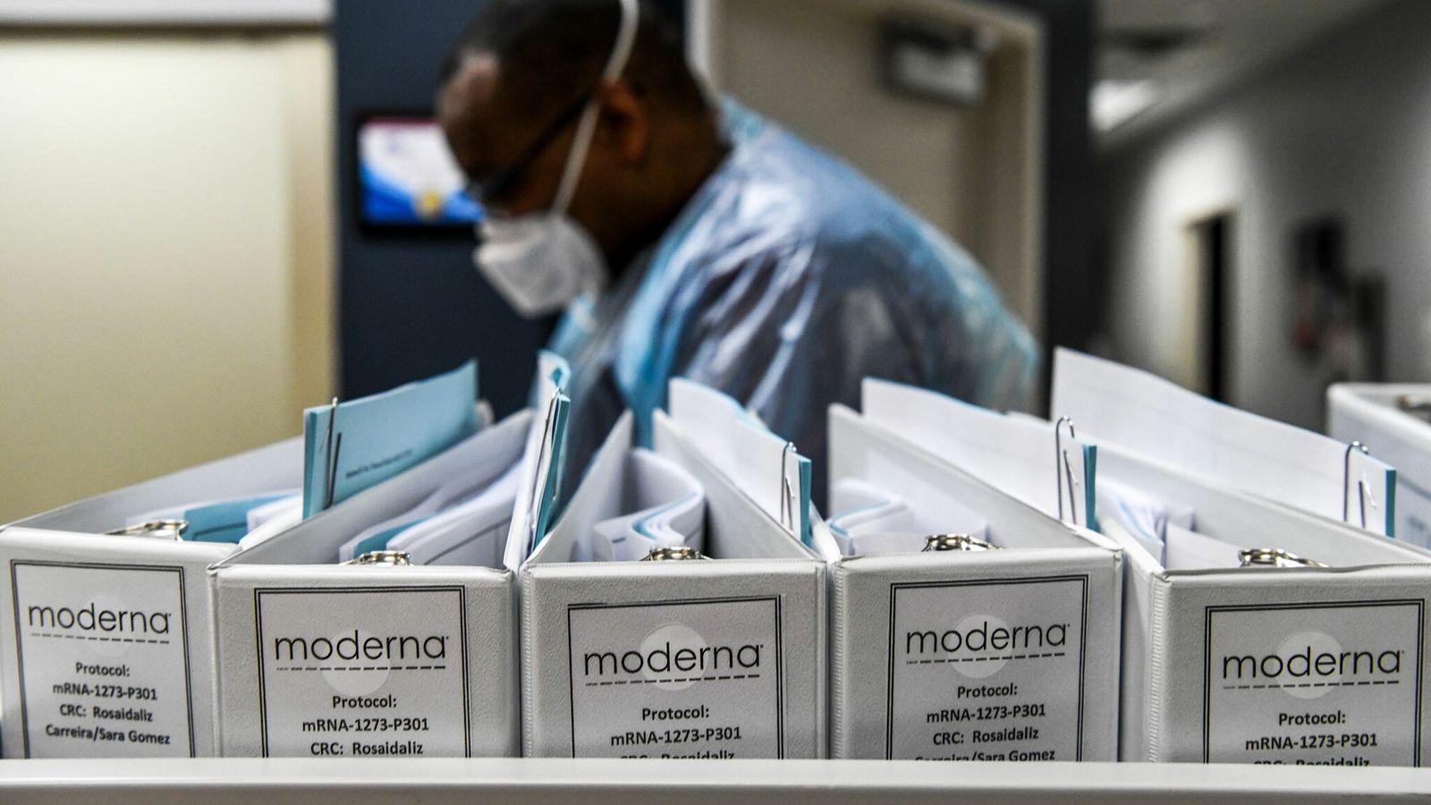Arquivos da empresa de biotecnologia Moderna referentes ao protocolo para as vacinas contra covid-19 são armazenados ...