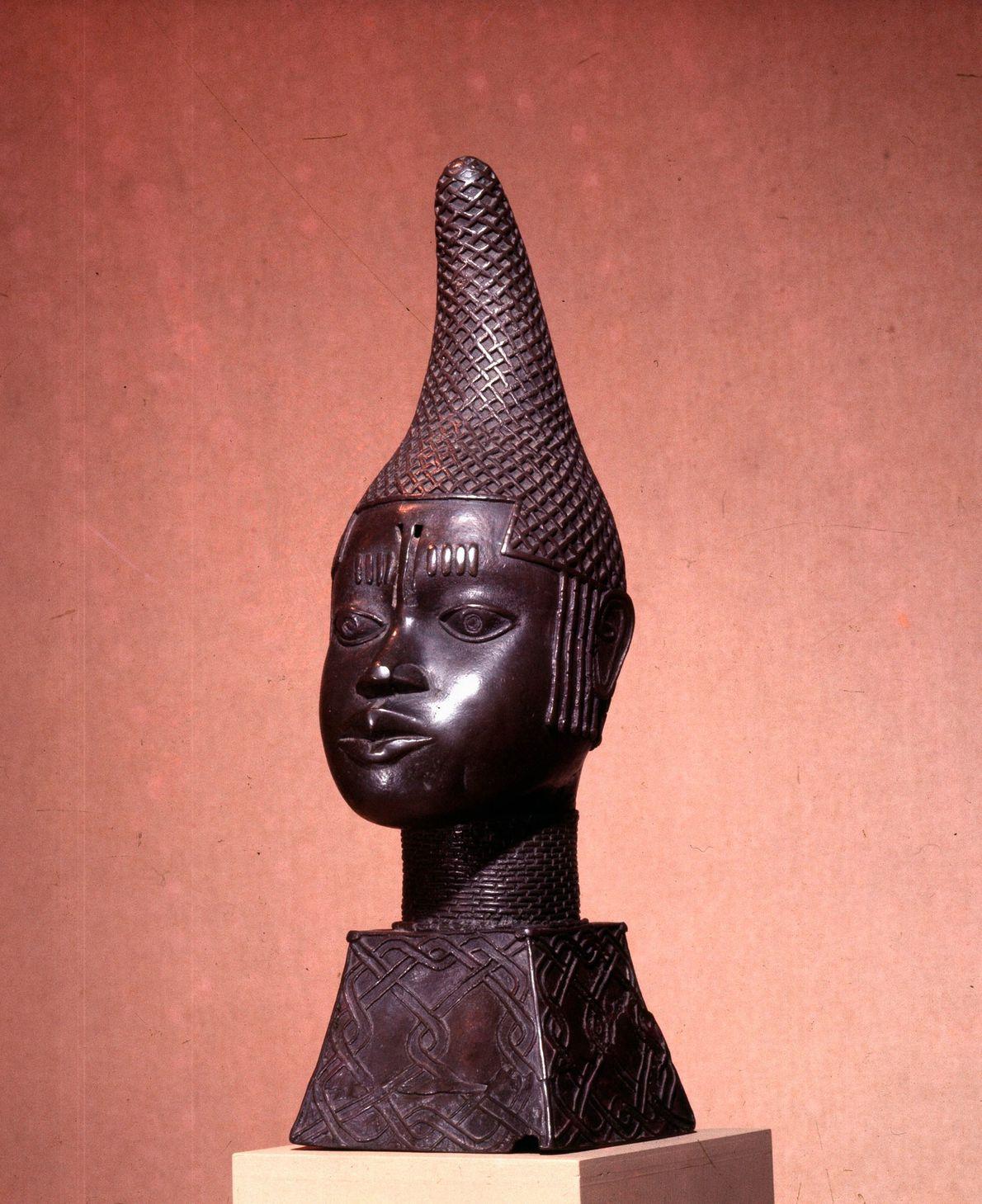 A planejadora mestre: Idia, primeira Rainha-mãe do Benin  Depois que Idia ajudou seu filho a vencer uma ...