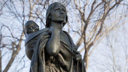A aventureira: Sacagawea  A famosa guia nativa americana shoshone deu à luz seu primeiro filho, Jean-Baptiste Charbonneau, ...
