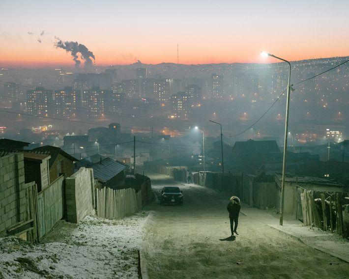 Ulaanbaatar cresceu de forma rápida e desordenada nos últimos anos, com os pastores nômades deixando o ...