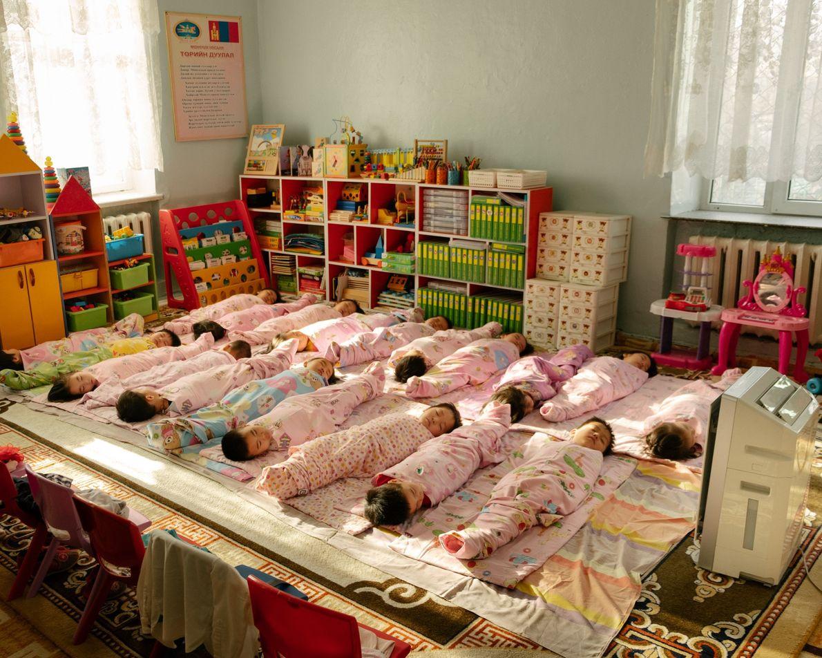 Crianças tiram uma soneca em um jardim de infância no distrito de Bayanzurkh, na Mongólia. Cada ...