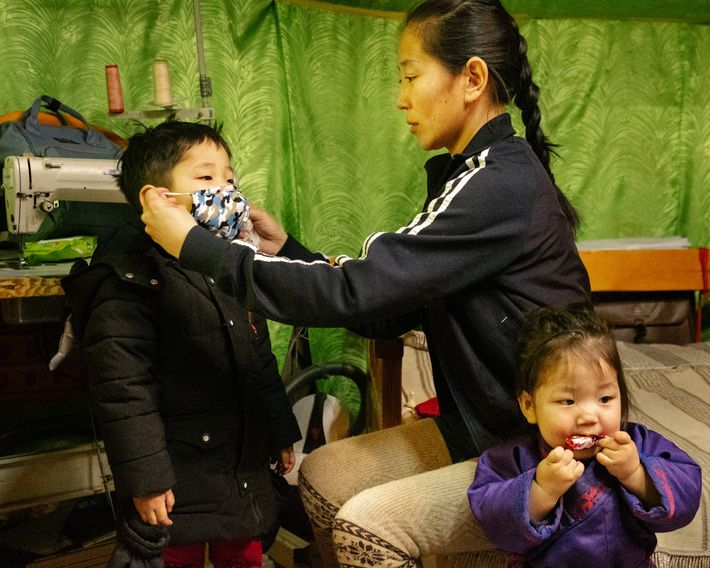 Os pais fazem o possível para proteger os filhos da névoa de fumaça. Nesta foto, uma ...