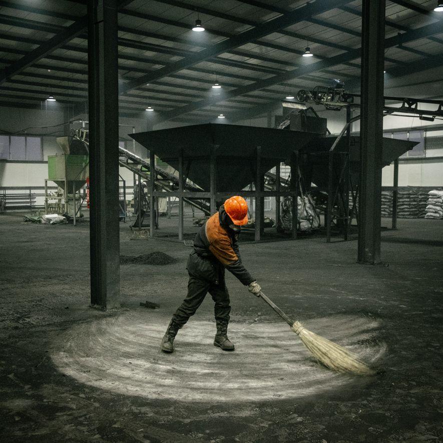 Numa refinaria próxima a Ulaanbaatar, onde se removem a umidade e alguns poluentes do carvão para ...