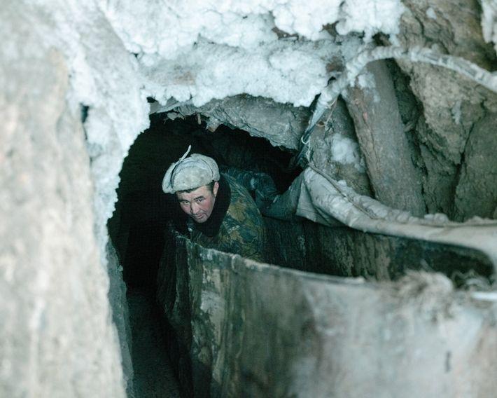 O carvão costuma vir de minas carvoeiras ilegais de Nalaikh, que fica no limite da cidade, ...
