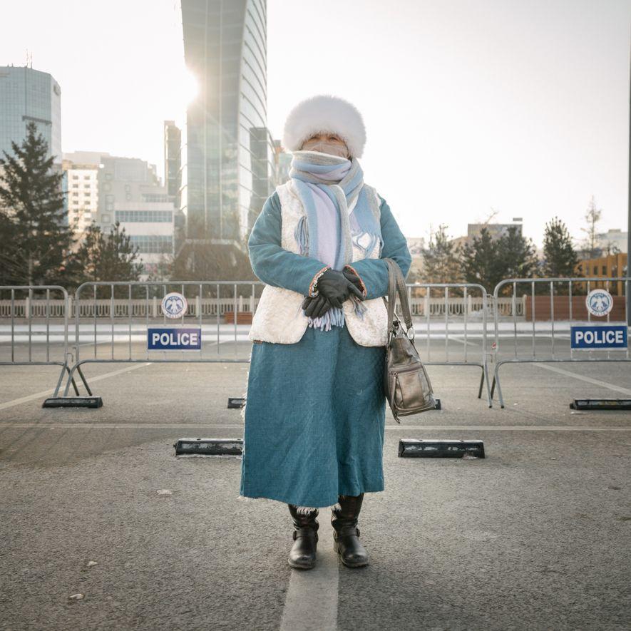 Uma ativista política na Praça de Sukhbaatar, no centro de Ulaanbaatar, faz parte de um crescente ...
