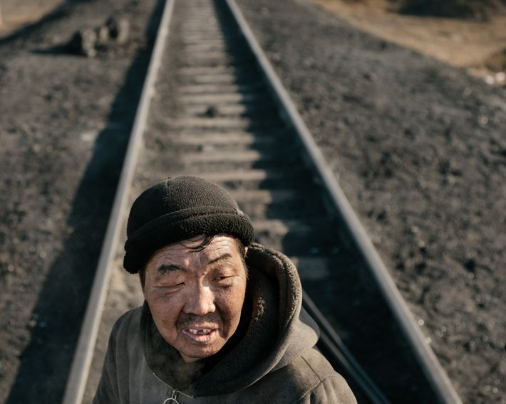 Os trabalhadores que descarregam o carvão dos trens na refinaria às vezes ficam encobertos pelo material.