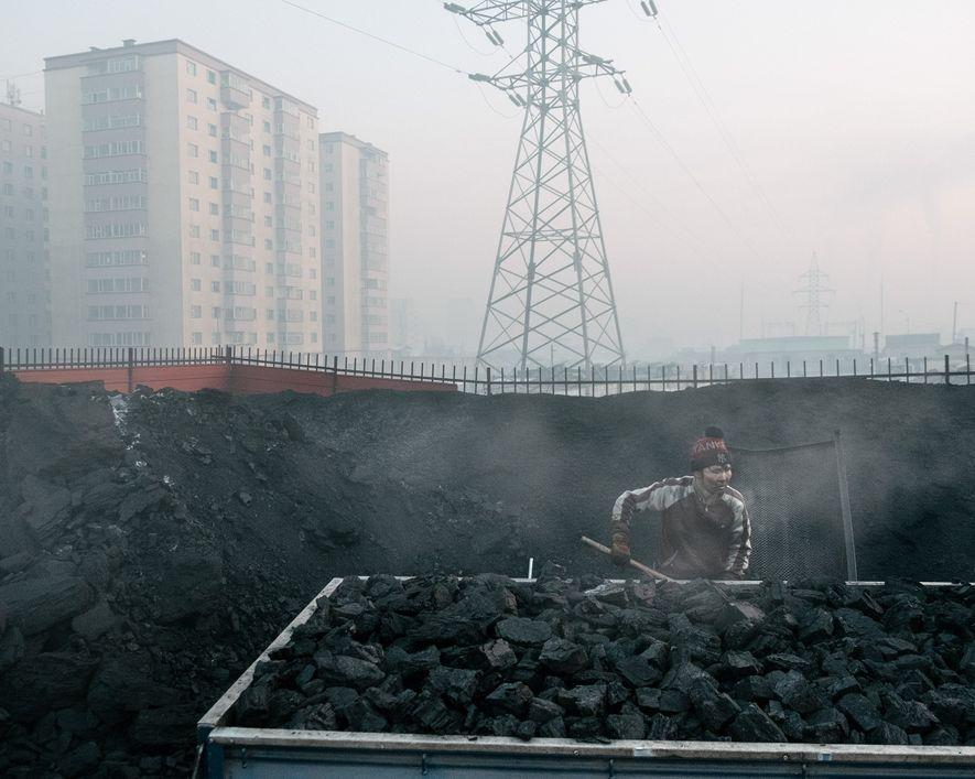 O carvão vendido nas ruas de Ulaanbaatar solta altas quantidades de partículas finas quando queimado.