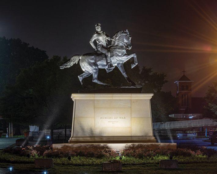 Rumors of War, estátua de um homem negro moderno montado em um cavalo erguida em frente ...