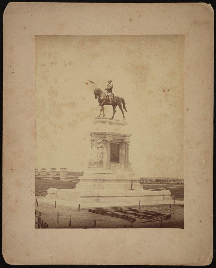 A estátua de 12 toneladas de Robert E. Lee foi erguida em 1890. Sua construção foi ...