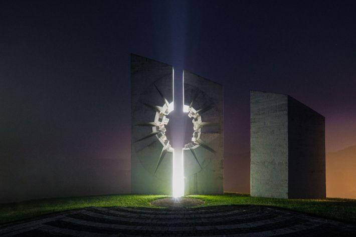 Um grande anfiteatro foi construído no centro deste complexo memorial em Užice, Sérvia, para hospedar apresentações ...