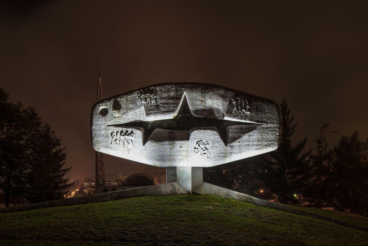 Neste complexo de monumentos em Vogošća, na Bósnia e Herzegovina, estão gravados os nomes de 62 ...