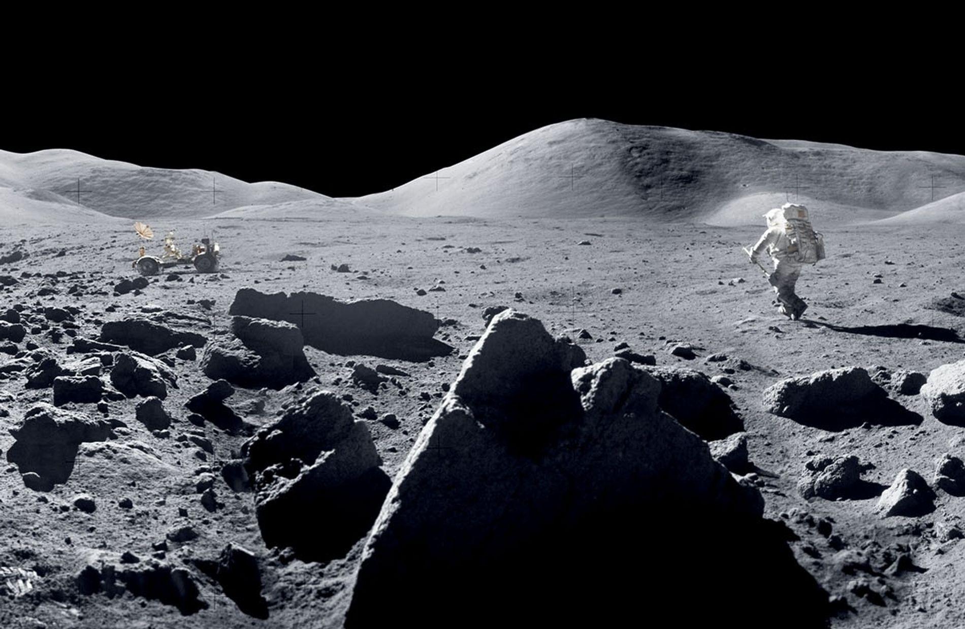 O astronauta Harrison Schmitt salta na direção do jipe lunar durante a missão Apollo 17, em dezembro de 1972, a última vez em que os seres humanos pisaram na Lua.   NOTA DO EDITOR: Esta imagem faz parte de um panorama criado pela Nasa a partir de 18 fotos. Para mostrar como a paisagem lunar foi vista pelos astronautas, a Nasa removeu os reflexos na lente provocados pela luz solar por meio do escurecimento do céu.