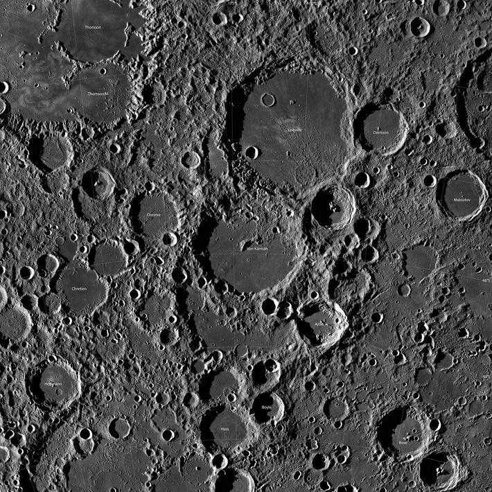 Uma foto tirada a partir da órbita exibe crateras ao redor do local de pouso da ...