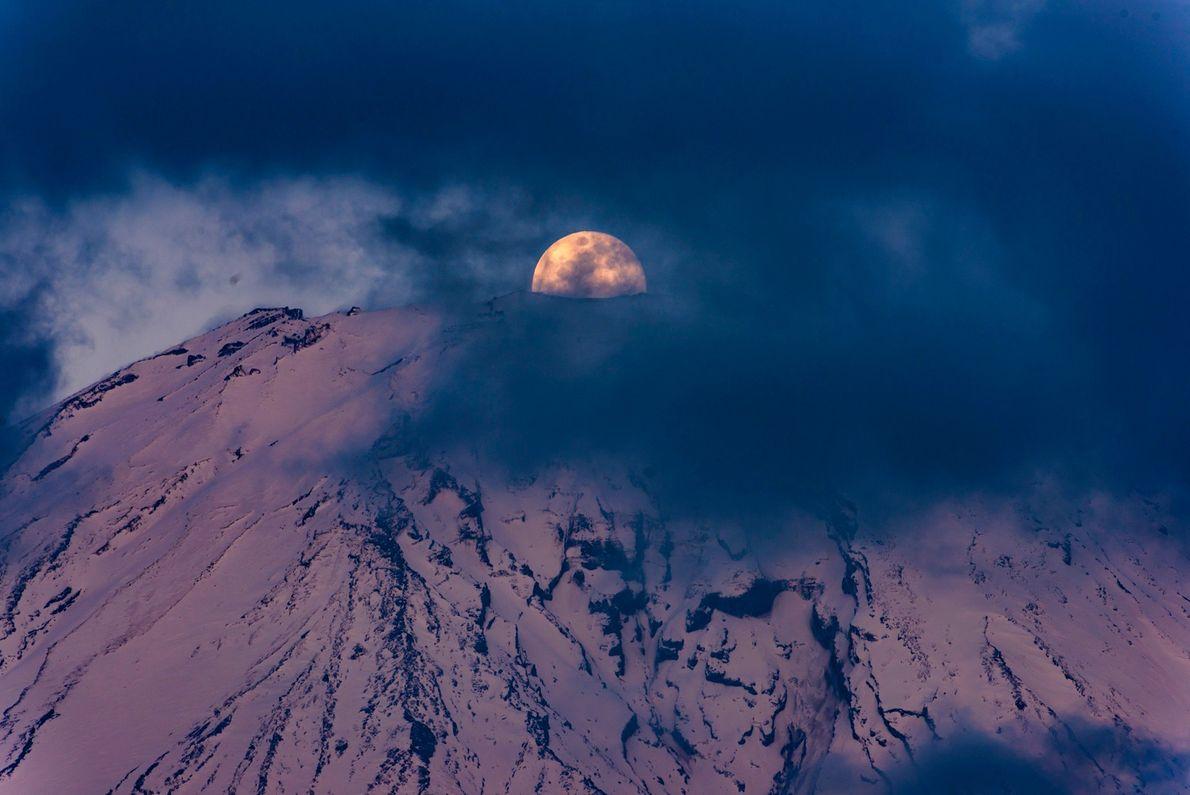 Após horas de muitas nuvens escondendo o topo do Monte Fuji, houve uma folga logo antes ...