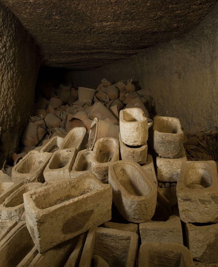 Um local de armazenamento repleto de sarcófagos para íbis mumificados no sítio arqueológico de Tuna el-Gebel, ...