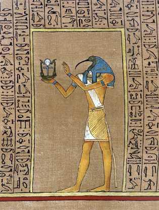 O deus egípcio, Thoth, tradicionalmente retratado com uma cabeça de íbis, segura um emblema que abriga ...
