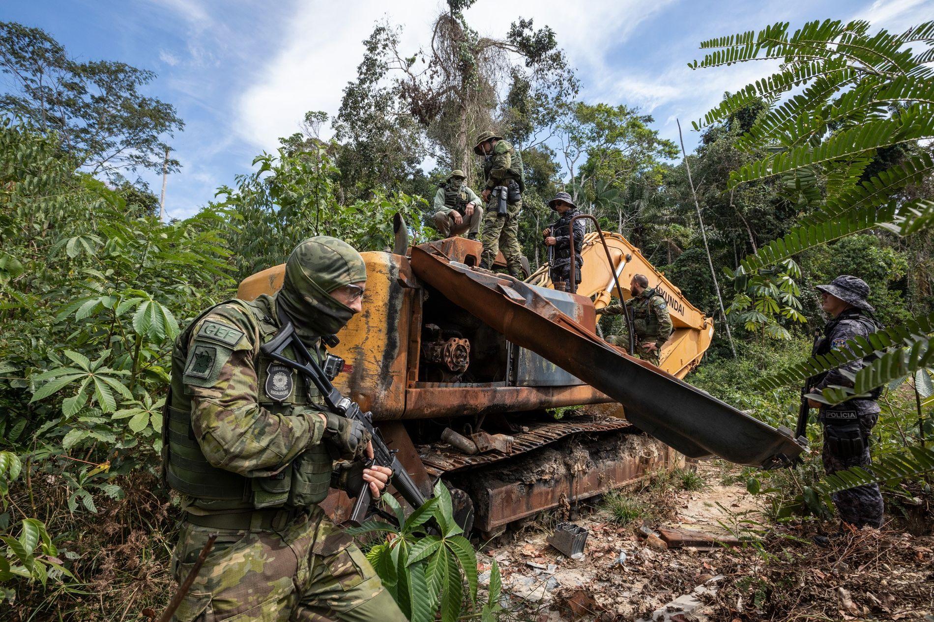Oficiais do Instituto Brasileiro do Meio Ambiente e dos Recursos Naturais Renováveis (Ibama) desmontam um trator ...