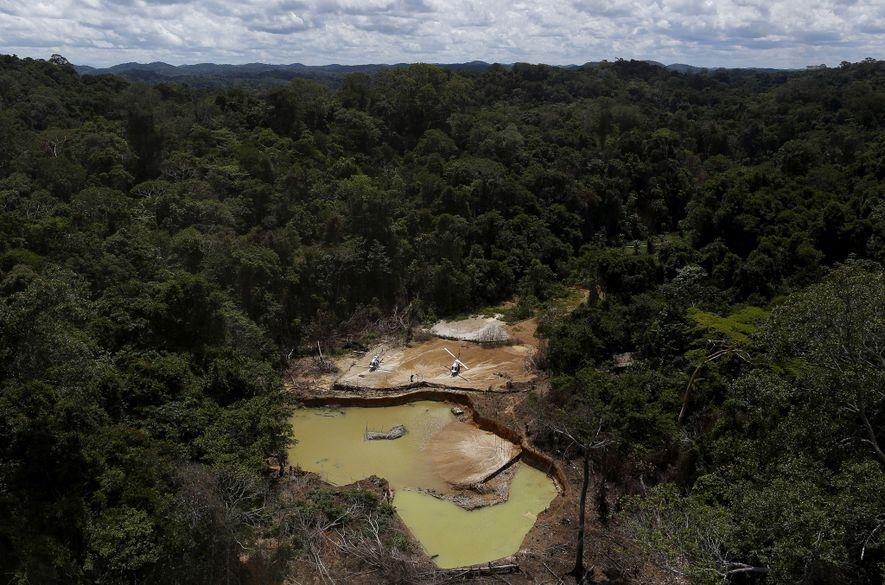 Uma extração ilegal de ouro em 2016 assusta o território indígena Yanomami, no estado de Roraima, ...