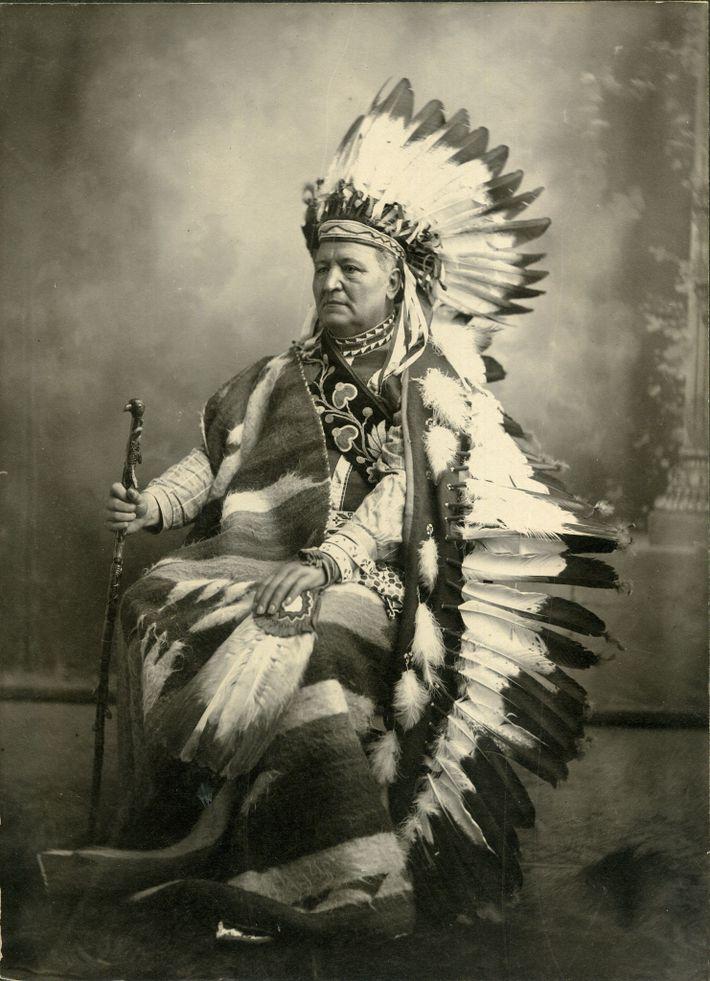 Em 1899, Pleasant Porter tornou-se o último cacique principal da Nação Creek. Fotografado aqui com um ...