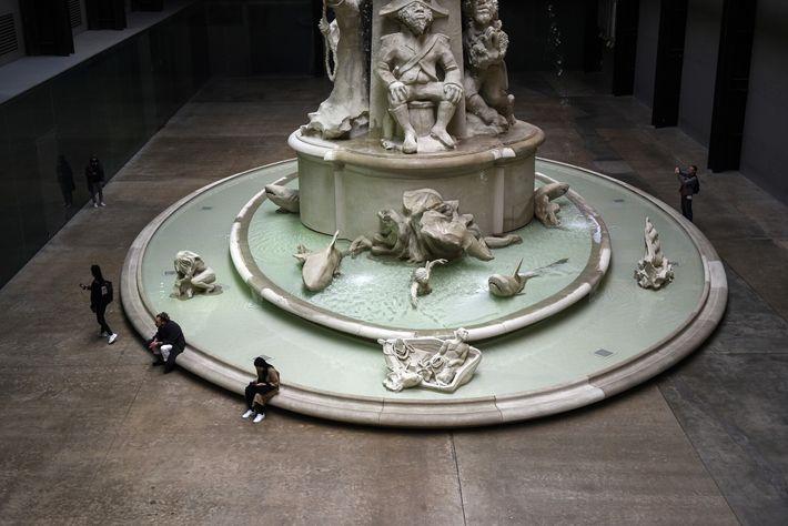Visitantes do Museu Tate Modern de Londres ao redor da Fons Americanus, de Kara Walker, em março de ...