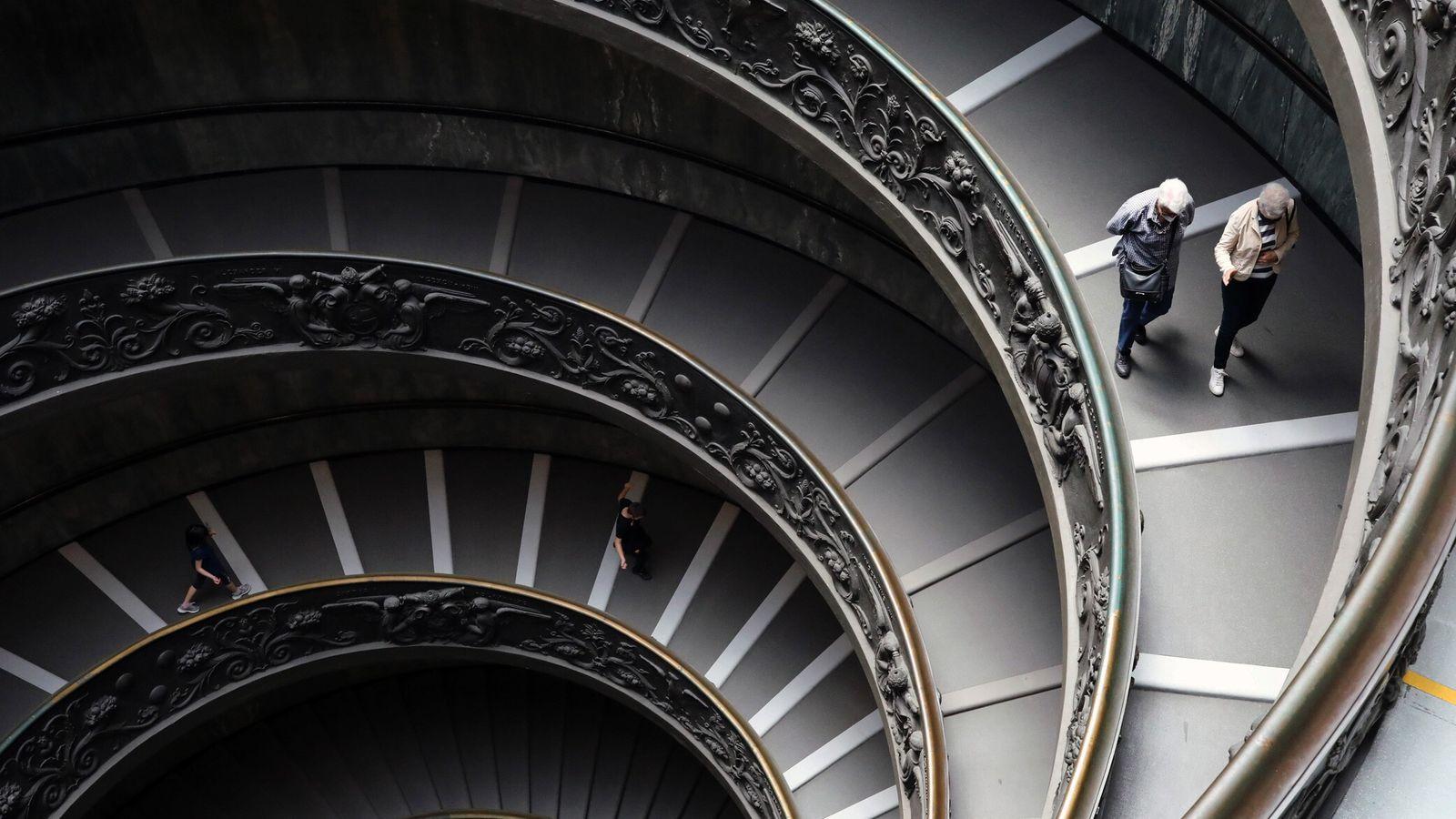 Visitantes descem a Escadaria Bramante, nos Museus do Vaticano na Itália, em 8 de junho de ...