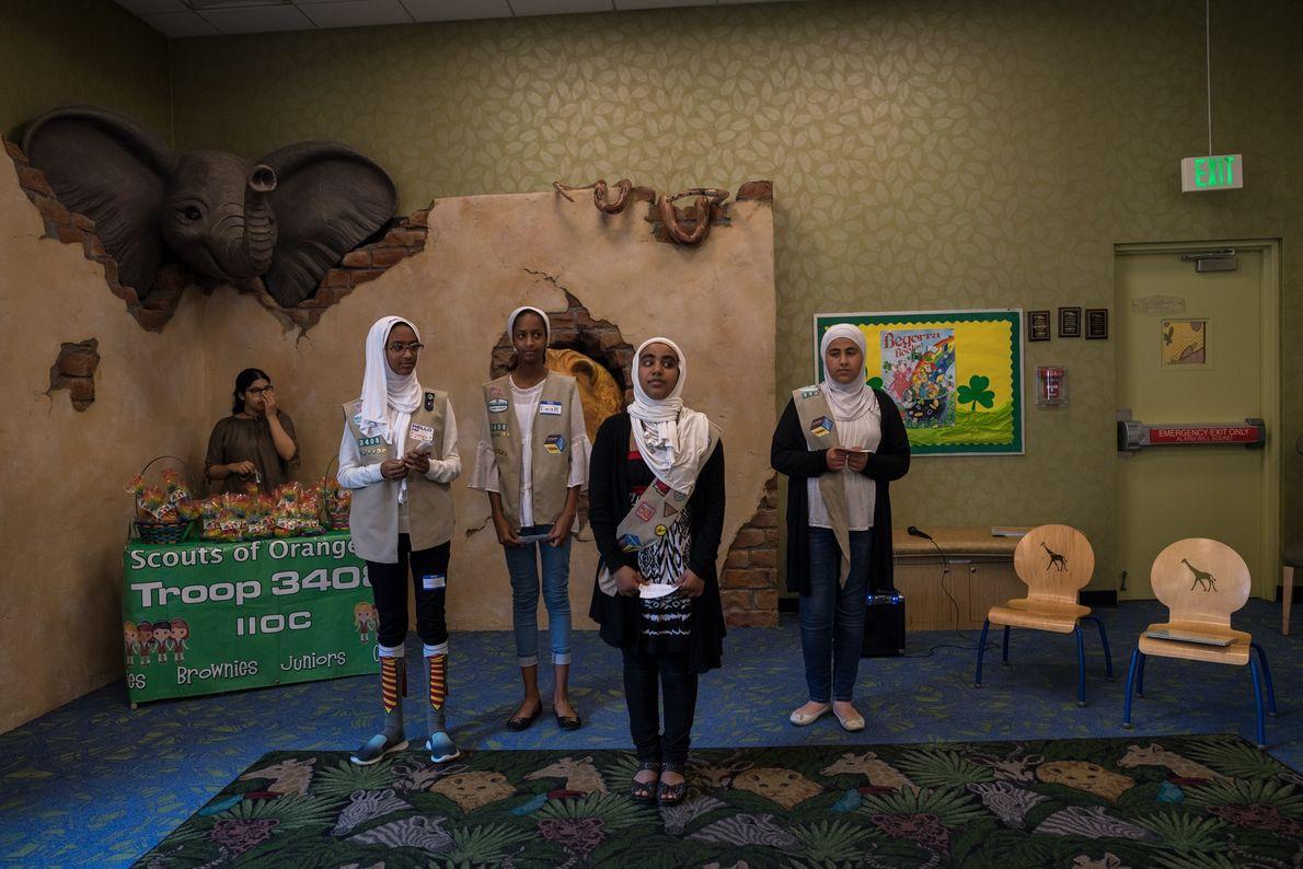 Jumana Mussa, Dana Mussa, Jana Hassan e Marya Tailakh, escoteiras da Tropa 3408 em Anaheim, Califórnia, ...