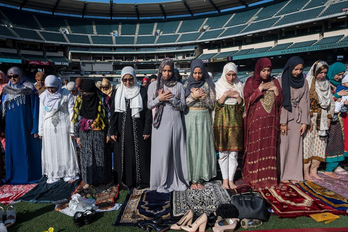Cerca de 20 mil muçulmanos participaram das orações pela manhã no Angel Stadium, em Anaheim, Califórnia, ...