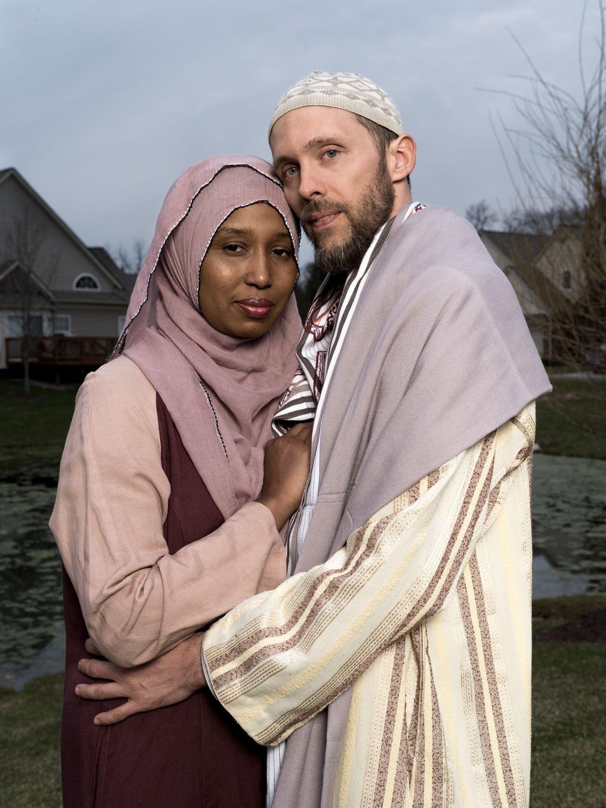 Kamilah Munirah Bolling e Adil Justin Cole em frente à sua casa em Farmington Hills, Michigan.