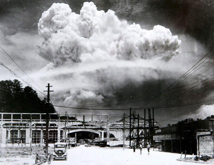 Grande nuvem ainda no céu de Nagasaki 15 minutos após a detonação da bomba atômica.