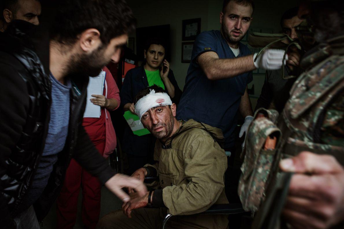 Médicos do Hospital Republicano em Stepanakert atendem um combatente ferido que lutava a favor da Armênia ...