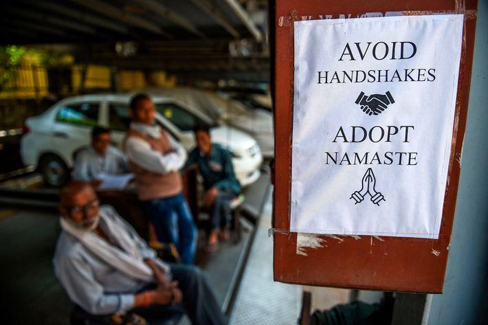 Um sinal dos tempos em Nova Deli: o namastê sem contato físico serve como proteção espiritual ...