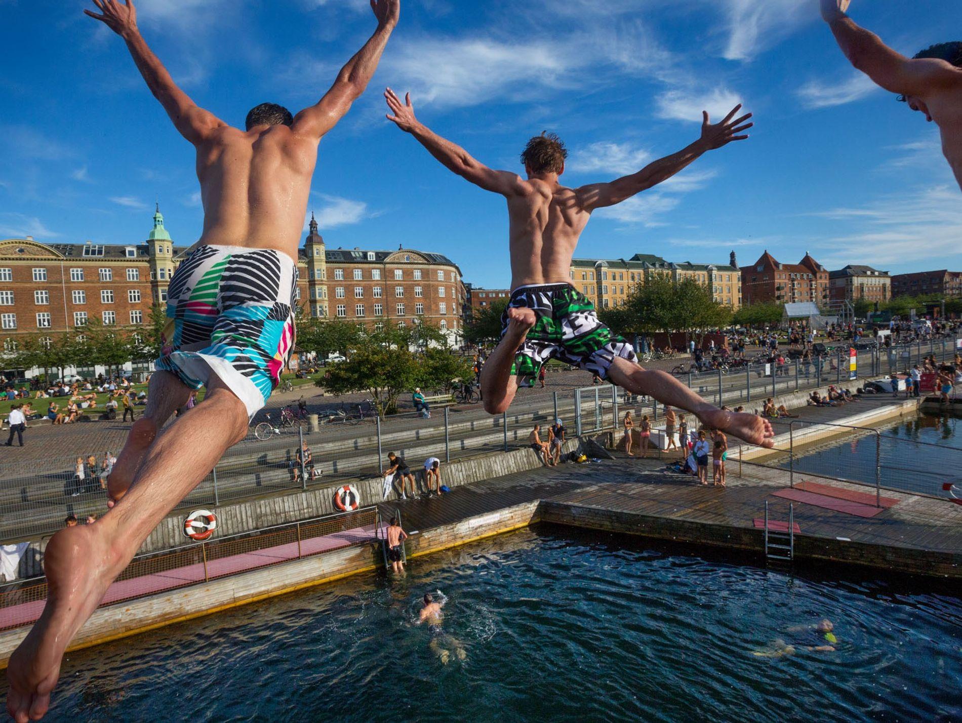 DINAMARCA – Rapazes mergulham nas águas da Baía de Copenhague de uma plataforma de 5 metros ...
