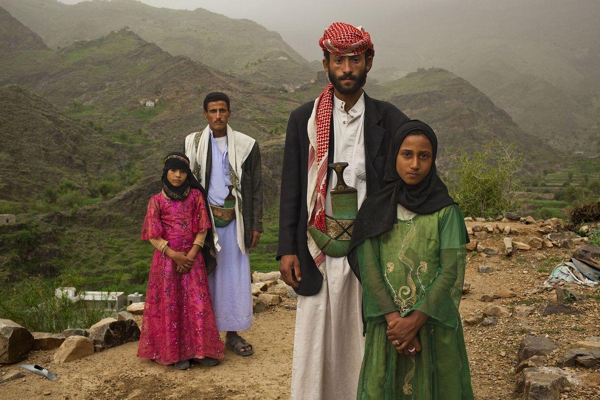2010  Meninas ao lado de seus maridos na parte externa de suas casas nas montanhas em Hajjah, ...