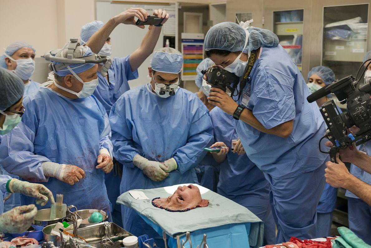 2017  Cirurgiões concluem a complexa tarefa de remover a face de um doador de órgãos antes de ...