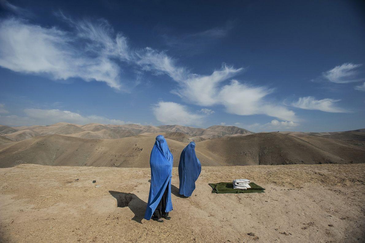 2009  Duas mulheres aguardam enquanto estão presas na encosta de uma montanha no Afeganistão. Quando a fotógrafa ...