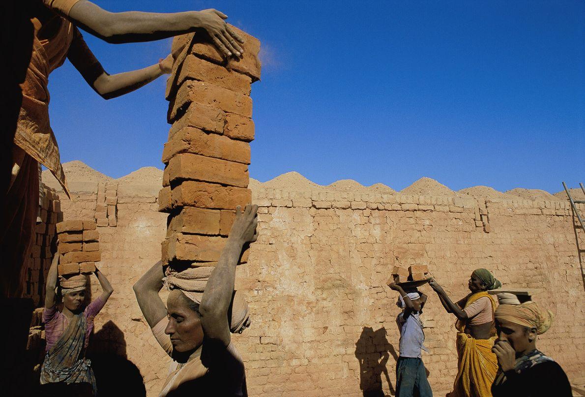 2002  Em uma matéria para a National Geographic, Jodi Cobb fotografou algumas das 27 milhões de pessoas ...