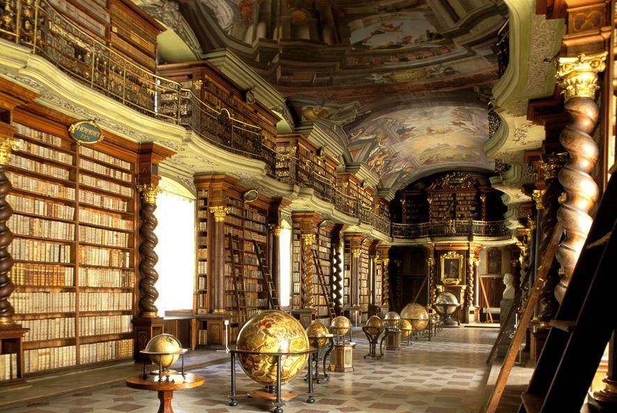 Os tesouros da Biblioteca Nacional da República Tcheca, aberta em 1722, incluem coleções de antigos textos ...