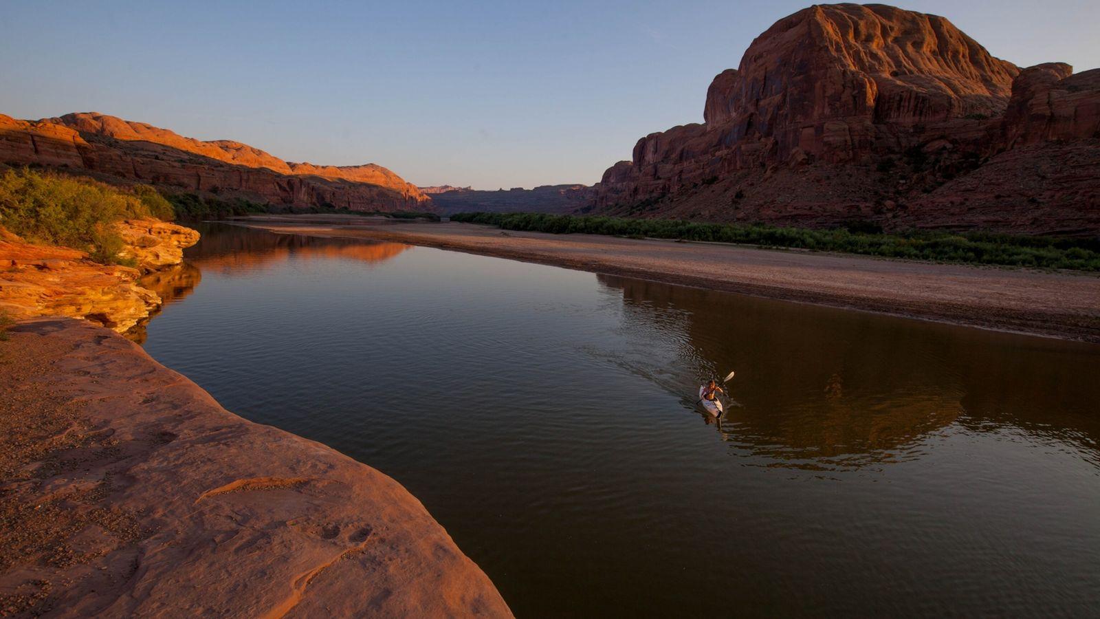 Praticante de canoagem no rio Colorado, no estado de Utah.