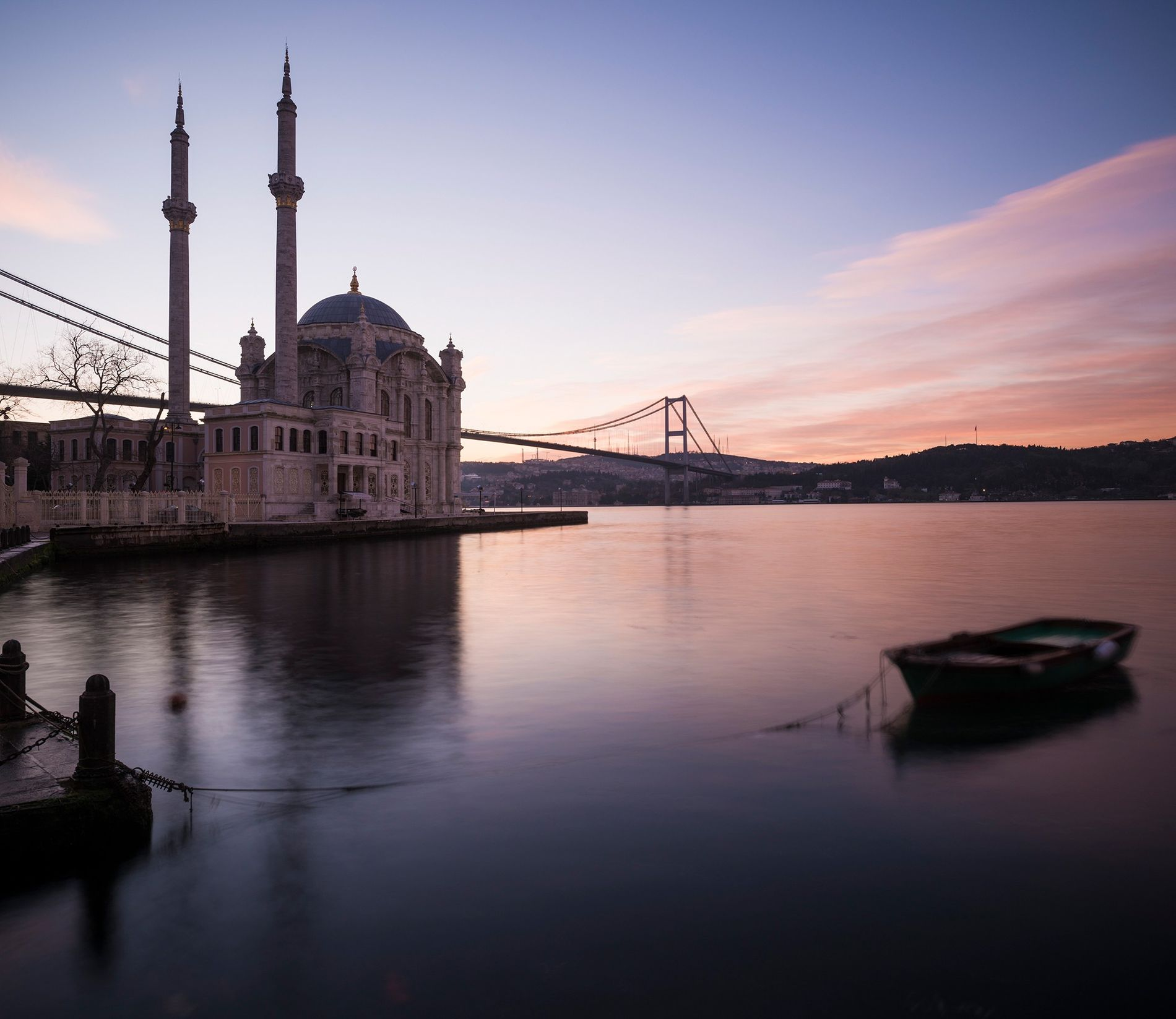 O nascer do sol lança uma luz rosada sobre a Mesquita de Ortakoy, em Istambul, Turquia. ...