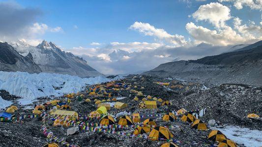 O que um surto de covid-19 significa para a vida no acampamento base do Everest?