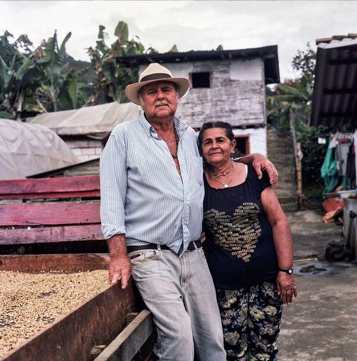 Don Fabio e a esposa Maria Lindelia Jaramillo Atehortua dedicaram suas vidas ao cultivo de cafés ...