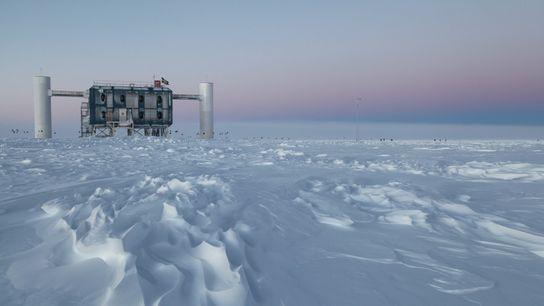 O IceCube Observatory, o maior detector de neutrino do mundo, localiza-se no gelo abaixo da estação ...